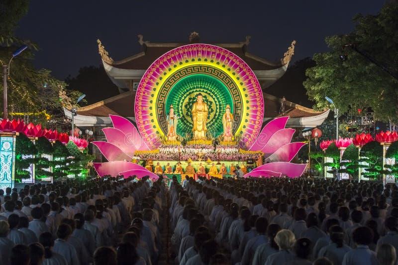 在仪式夜菩萨阿弥陀佛期间,往阶段的佛教徒 库存照片