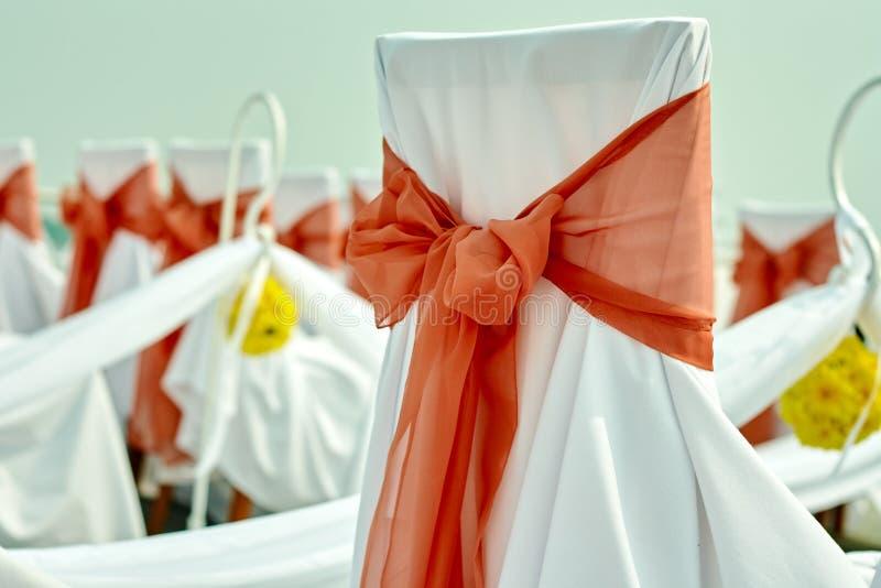 在仪式的婚礼椅子在珊瑚颜色的海洋样式 免版税图库摄影