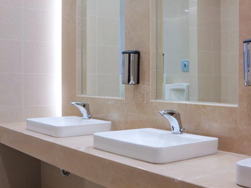在洗手间的龙头 免版税库存照片