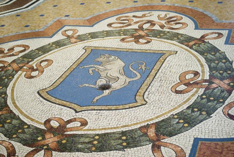 在维托里奥Emanuele画廊的地板的马赛克公牛,米兰 免版税图库摄影