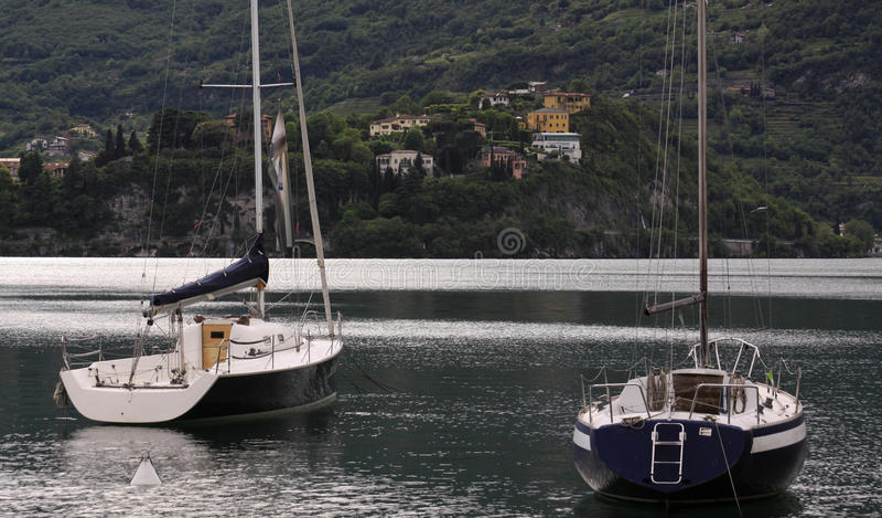 在贝拉焦海滨人行道的两条游艇 免版税库存图片