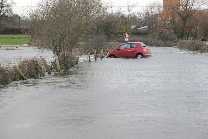 在暴洪捉住的汽车。 图库摄影