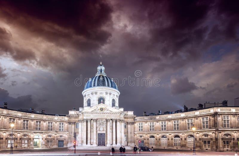 在巴黎日落 城市克里姆林宫横向晚上被反射的河 免版税库存图片
