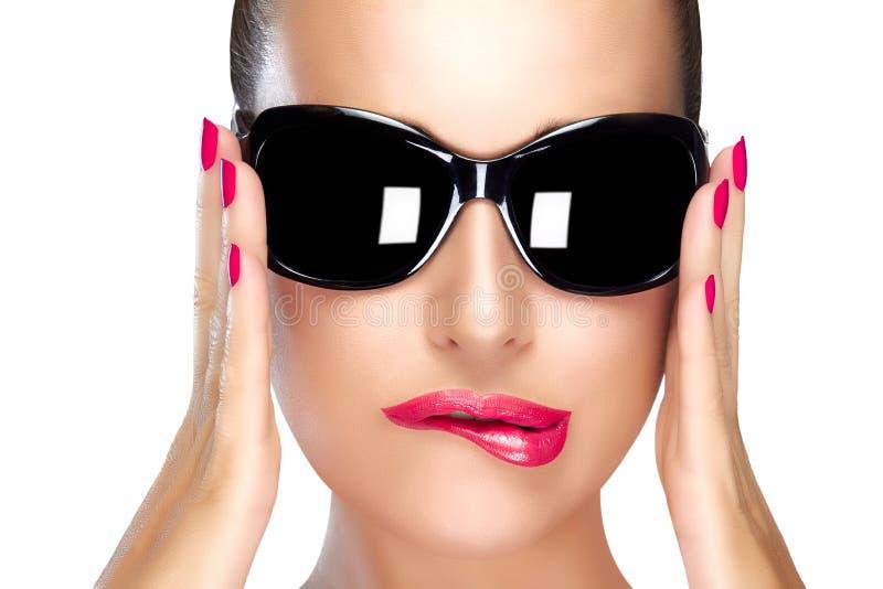 在黑时尚太阳镜的美好的模型 明亮的构成和M 免版税库存照片
