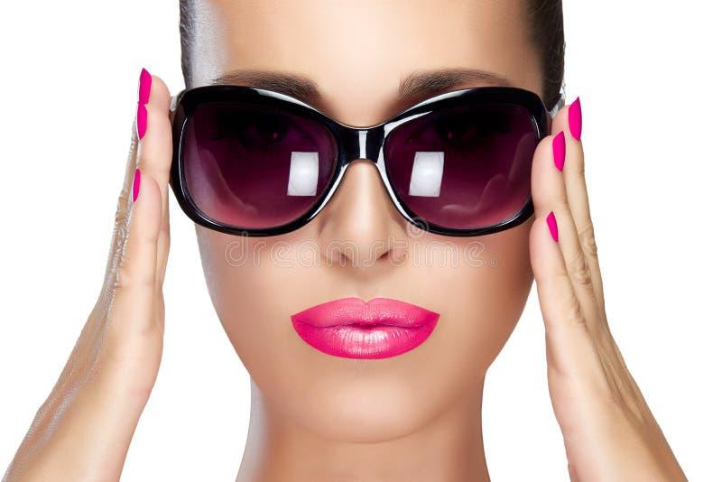 在黑时尚太阳镜的美好的模型 明亮的构成和M 免版税图库摄影