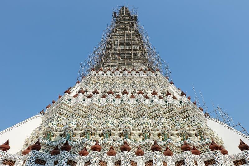在黎明寺曼谷的古老Stupa 图库摄影