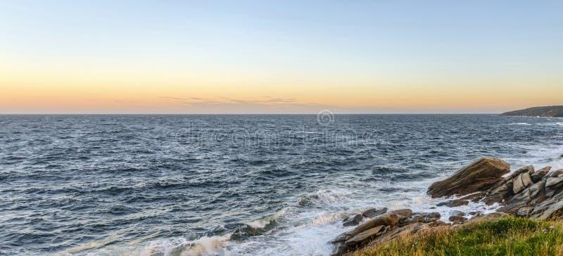 在黎明海洋岸的全景 免版税库存图片