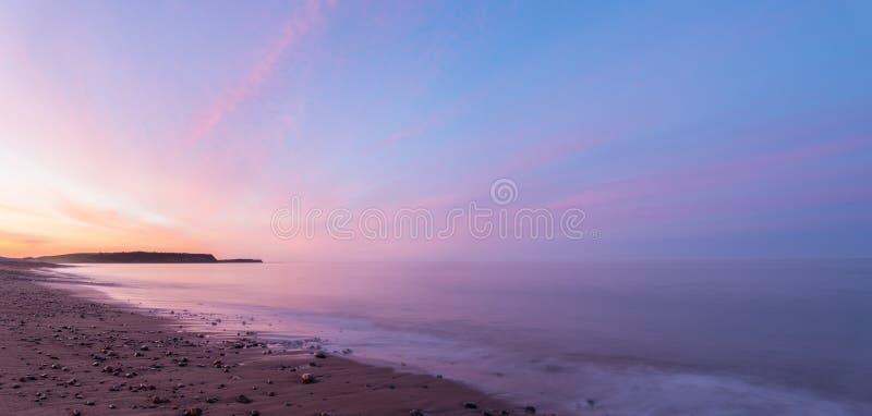 在黎明海洋海滩全景  库存图片