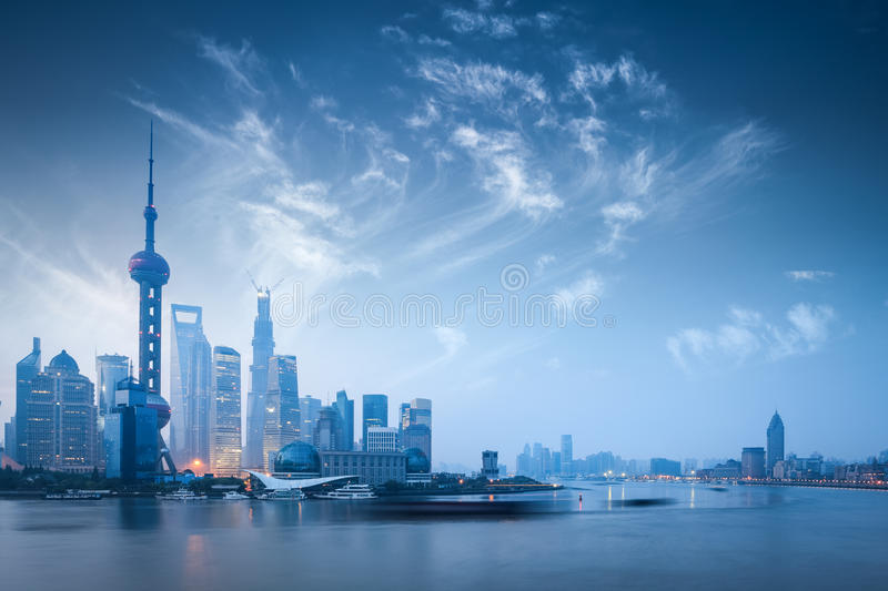 在黎明的上海地平线 免版税库存照片