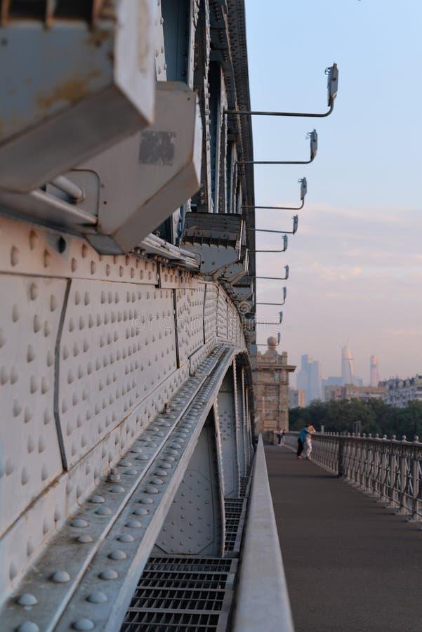 在黎明薄雾的桥梁  免版税库存图片