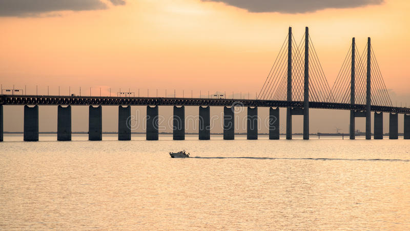 在黄昏的厄勒海峡桥梁 库存照片