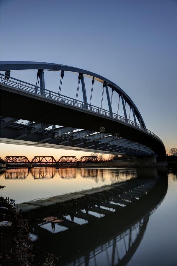 在黄昏的大街桥梁 库存图片