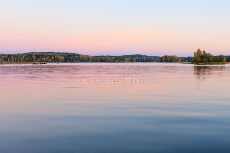 在黄昏的平静的湖风景在芬兰 免版税图库摄影