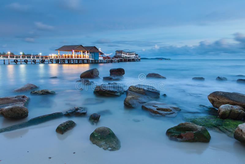 在黄昏的易遇奇缘的运气海滩,西哈努克,柬埔寨 图库摄影
