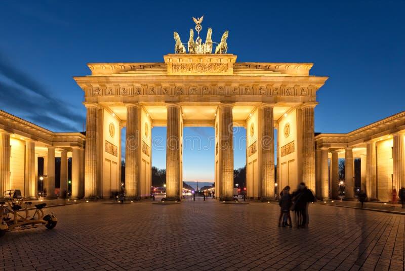 在黄昏的柏林,勃兰登堡门 库存照片