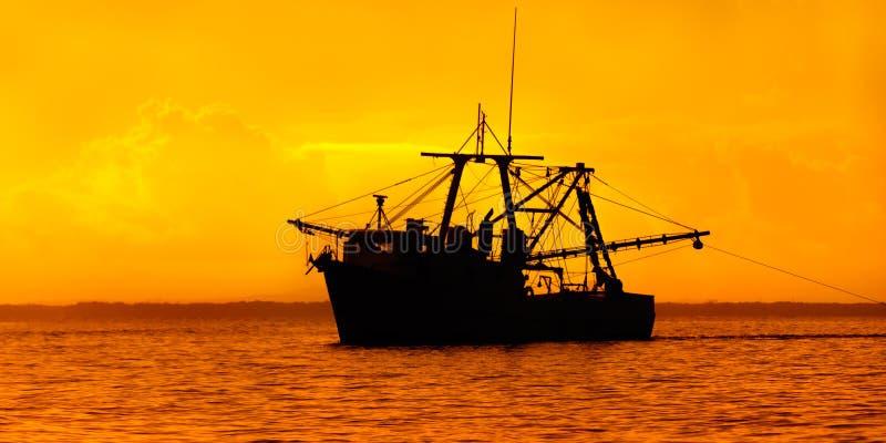 在黄昏的渔船 库存图片