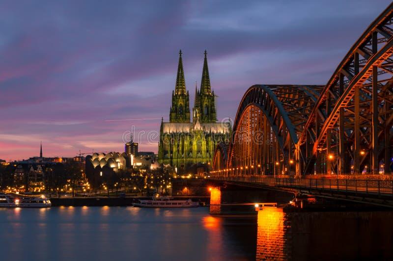 在黄昏的科隆大教堂 免版税库存照片