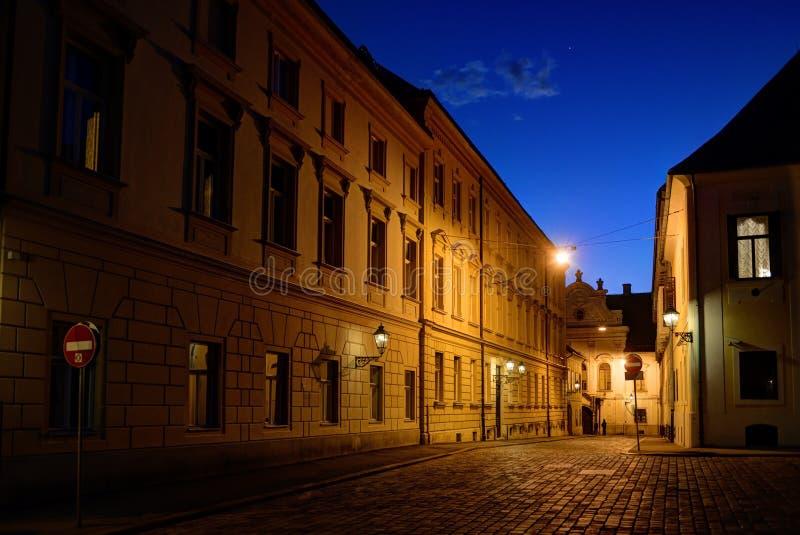 在黄昏的萨格勒布上部镇鹅卵石街道 免版税库存图片