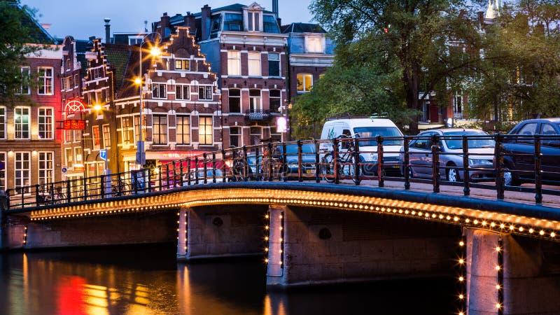 在黄昏的阿姆斯特丹都市风景 免版税库存照片
