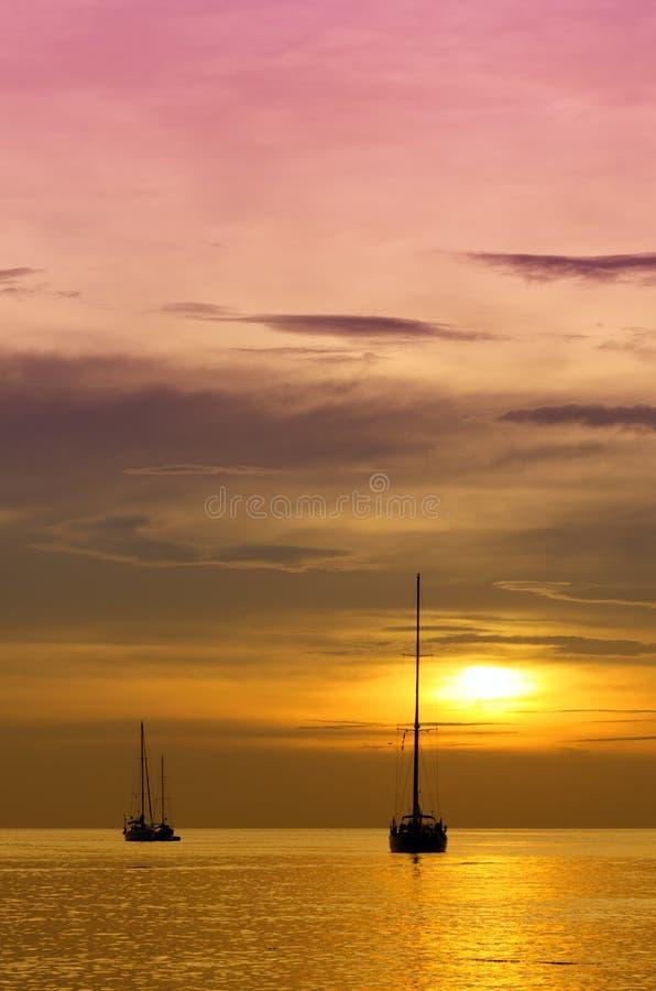 在黄昏的风船。 免版税库存图片