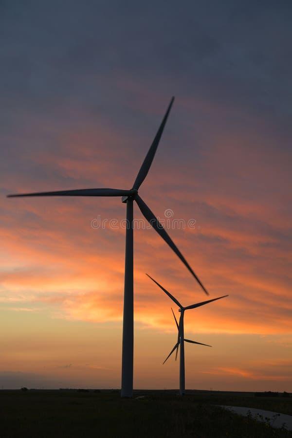 在黄昏的风轮机 免版税库存照片