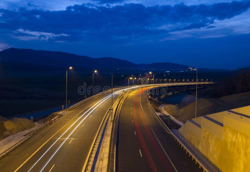 在黄昏的高速公路交通 库存图片