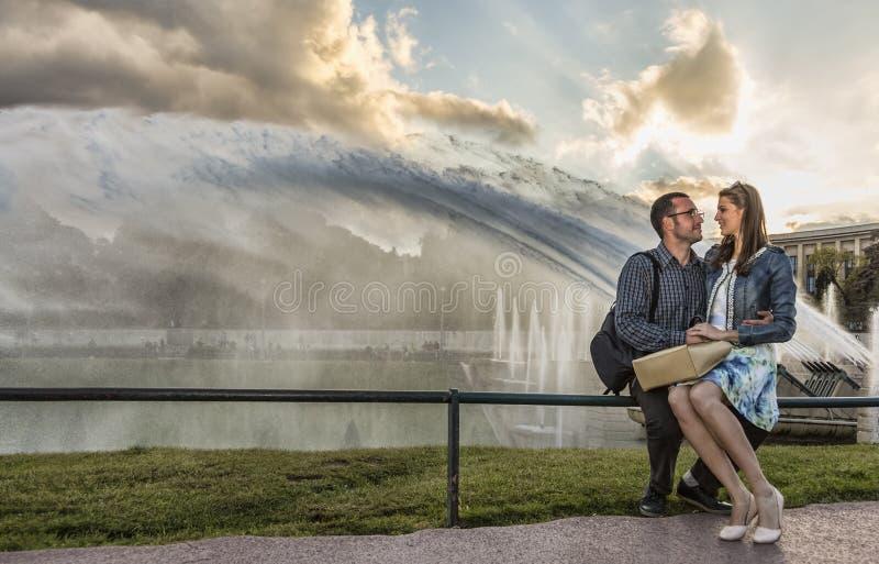 在黄昏的年轻夫妇在巴黎 库存图片