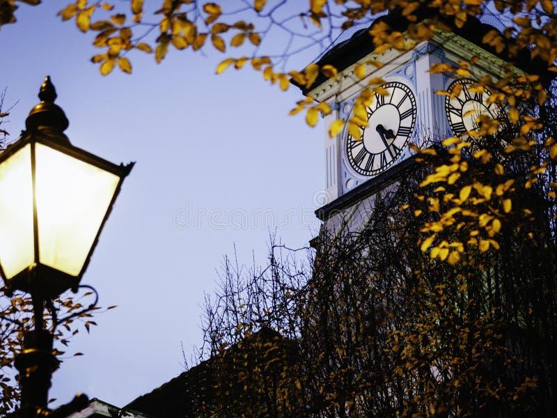 在黄昏的Clocktower与街灯 免版税库存图片