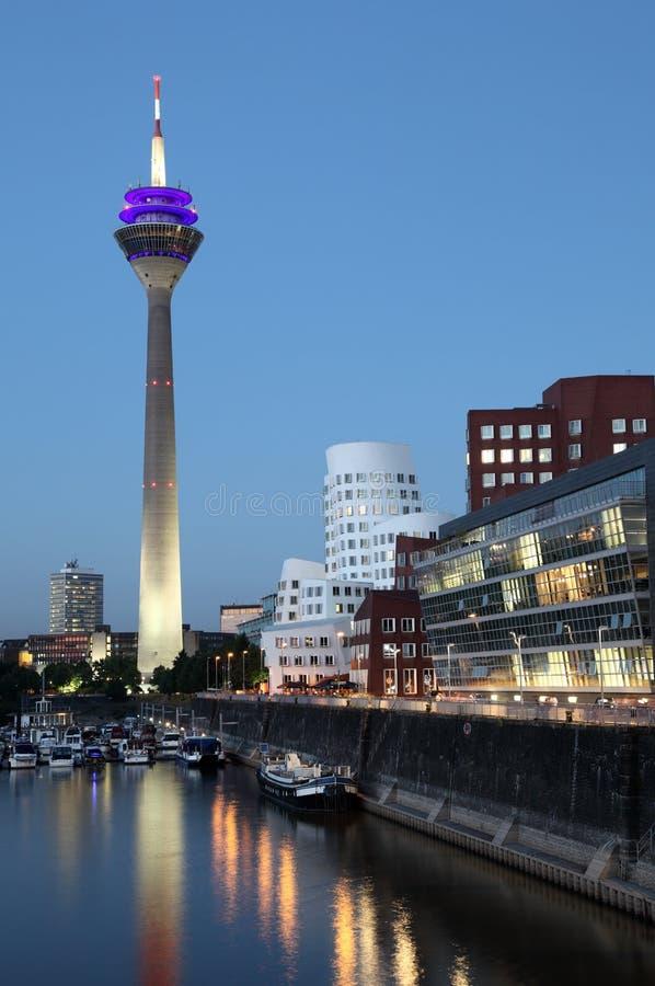 在黄昏,杜塞尔多夫的Neuer Zollhof 免版税库存照片