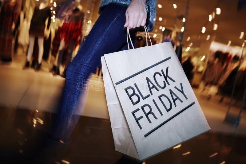 在黑星期五,参观的购物中心 图库摄影