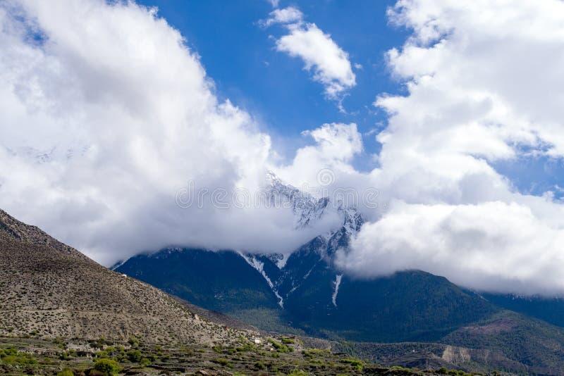 在阴暗云彩和薄雾的山 图库摄影