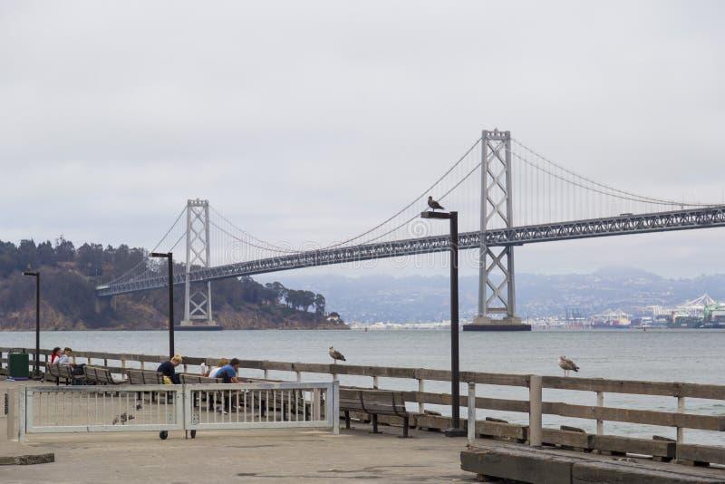 在阴暗天期间,停止奥克兰海湾桥梁在旧金山到有街市的Yerba Buena海岛 免版税图库摄影