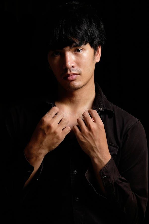 在黑暗的亚洲人画象 图库摄影