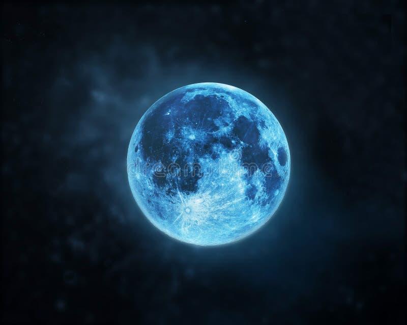 在黑暗的夜空背景的蓝色满月大气 库存照片