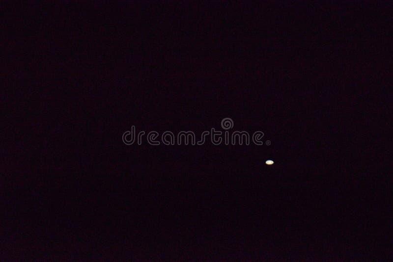 在黑暗的天空的土星 长的透镜2000 mm 免版税库存图片