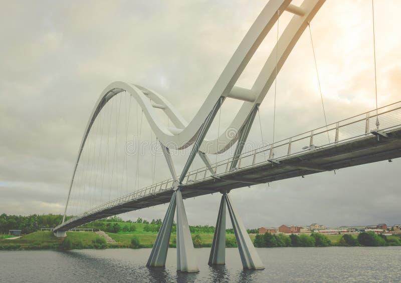 在黑暗的天空的无限桥梁与在斯托克顿在发球区域的云彩,英国 库存图片