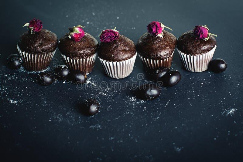 在黑暗的巧克力松饼 免版税库存图片