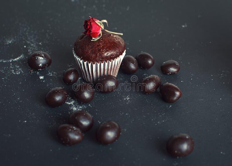 在黑暗的巧克力松饼 库存图片
