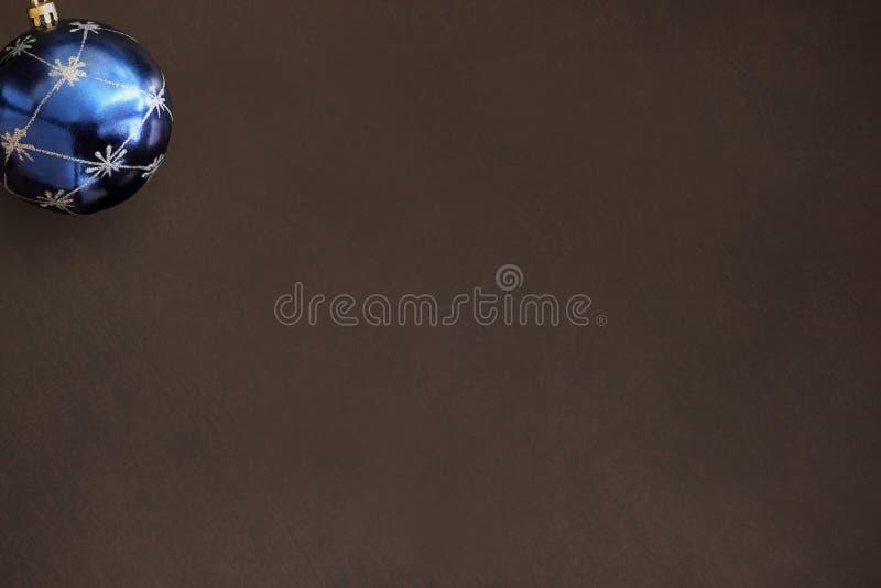 在黑暗的木桌上的圣诞节蓝色球 免版税库存照片