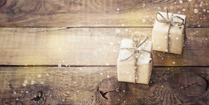 在黑暗的木背景的圣诞节礼物在葡萄酒样式 免版税库存照片