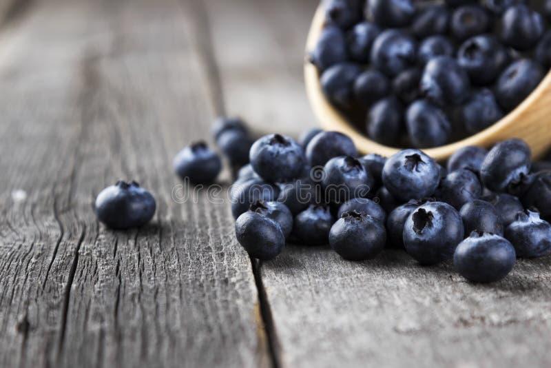 在黑暗的木背景的蓝莓 免版税库存图片