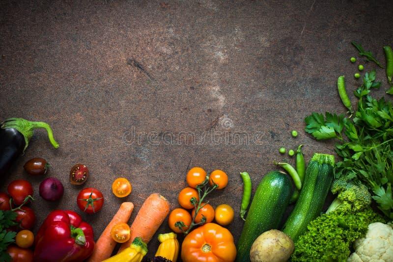 在黑暗的板岩桌上的有机农夫菜 免版税库存照片