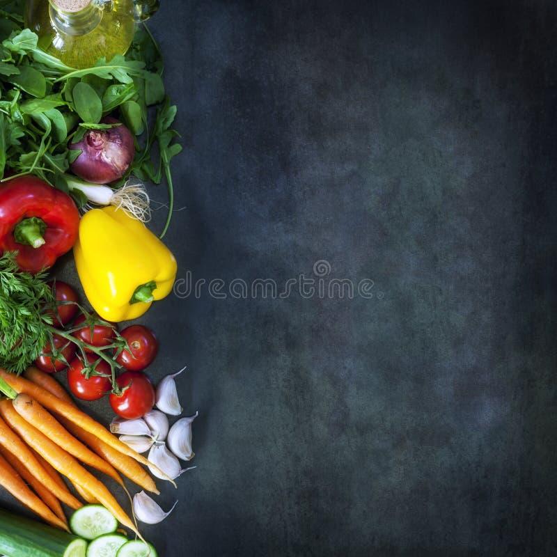 在黑暗的板岩的食物背景 免版税图库摄影