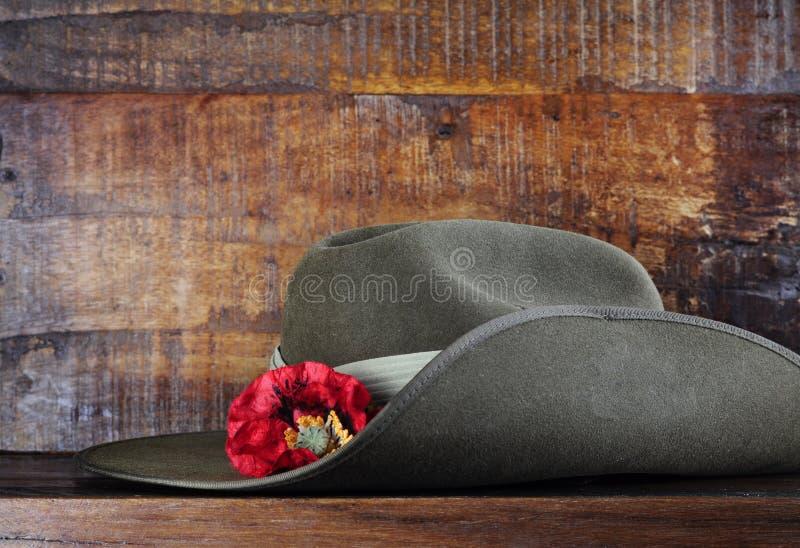 在黑暗的澳大利亚军队宽边软帽回收了木头 免版税库存图片