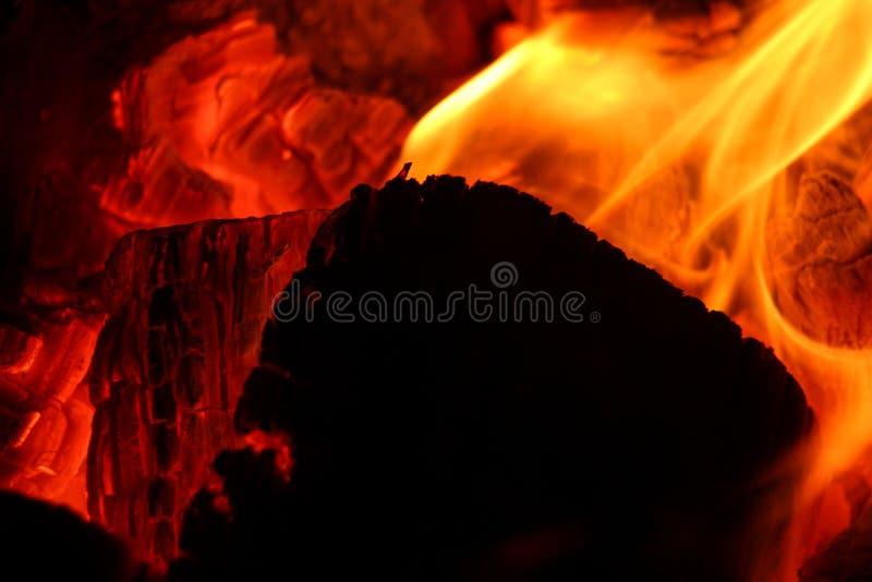 在黑暗的灼烧的炭烬 库存照片