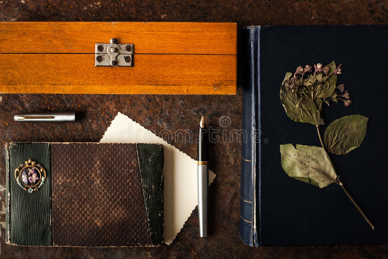 在黑暗的石桌上设置的作家 库存照片