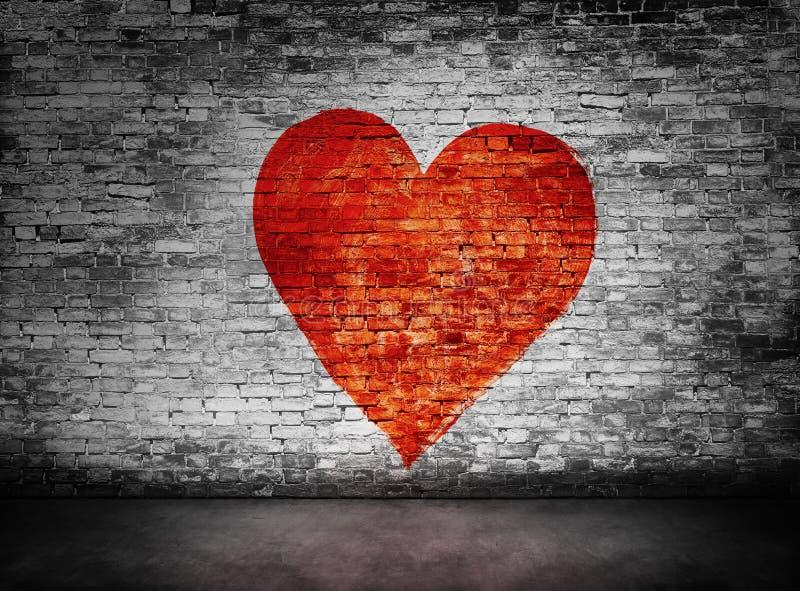 在黑暗的砖墙上绘的爱的标志 图库摄影