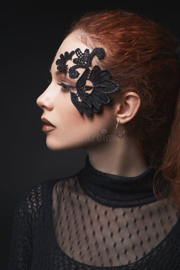 在黑暗的美好的红发女孩鞋带构成 免版税库存照片