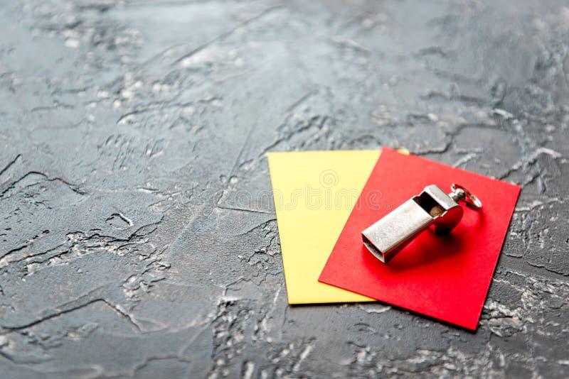 在黑暗的背景关闭的红色和黄牌 免版税库存照片