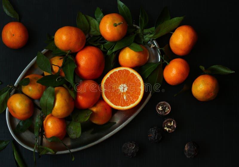 在黑暗的背景的柑橘 免版税库存图片
